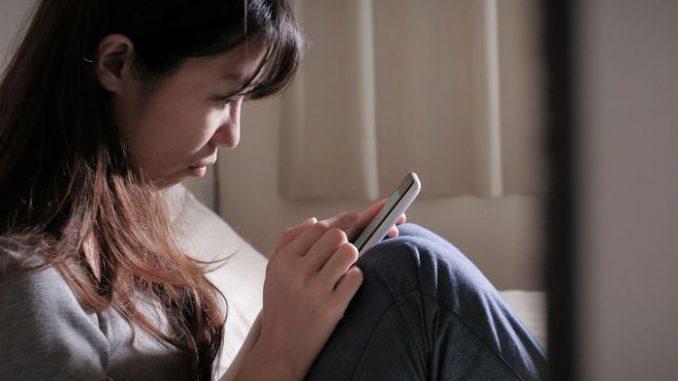 Junge Frau nutzt App