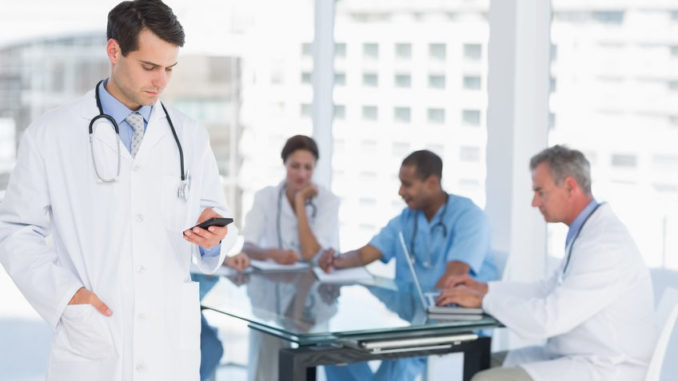 Medizinerteam mit Smartphones