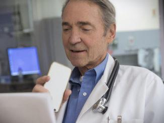 Arzt diktiert in ein Smartphone