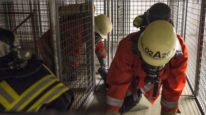 Feuerwehrleute in einem Gebaeude
