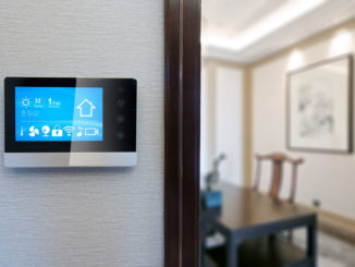 Smart Home-Steuerung in einem Wohnraum