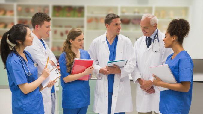 Mediziner und Pflegepersonal im Gespräch