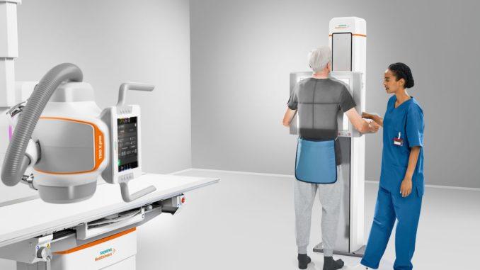 Patient bei der Erstellung einer Röntgenaufnahme