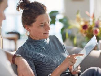 Patientin mit Tablet-PC nutzt Patientenportal bei Med 360°