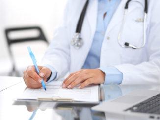 Arzt bei Schreibarbeit