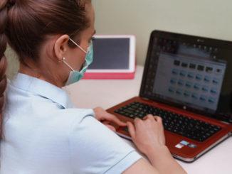 Medizinische Fachkraft am Notebook