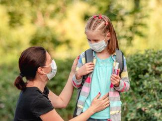 Mutter und Tochter mit Mund-Nase-Schutzmaske