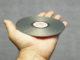 Person hält CD-ROM in der Hand