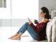 Frau nutzt Smartphone