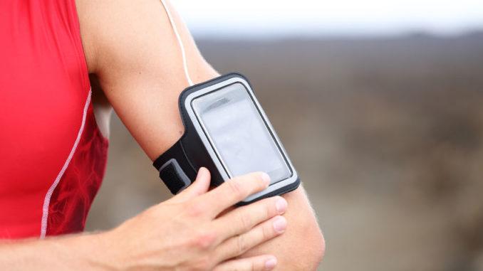 Sportler nutzt Gesundheits-App