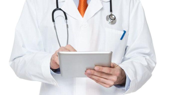 Arzt schreibt auf Tablet-PC