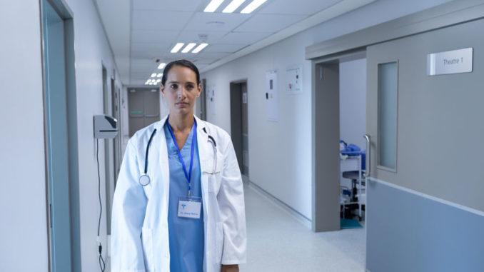 Ärztin in Krankenhausflur