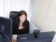 Videodolmetscherin bei der Arbeit