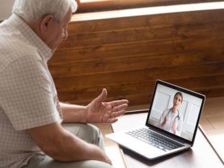 Älterer Patient nutzt Videosprechstunde