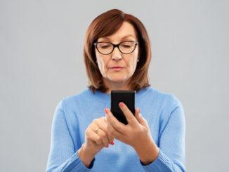 Seniorin nutzt Smartphone