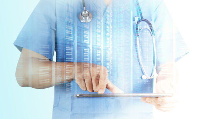 Arzt mit Tablet-PC