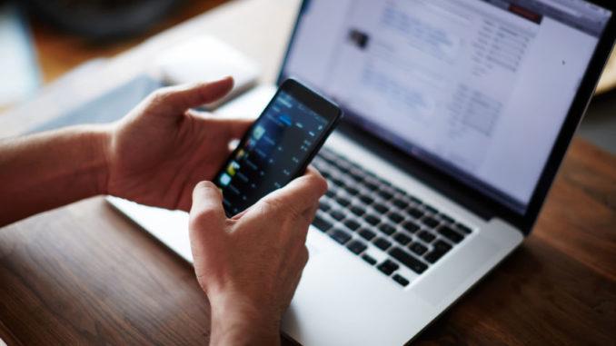 Nutzer von Smartphone und Notebook (Nahaufnahme)