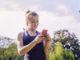 Junge Frau nutzt App beim Sport