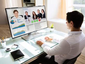 Mann nutzt Videokonferenz