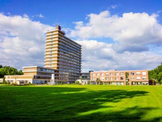 Großes Klinikgebäude