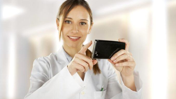 Medizinerin mit Smartphone