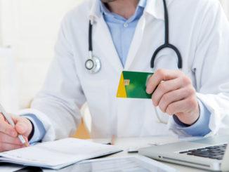 Arzt mit Gesundheitskarte