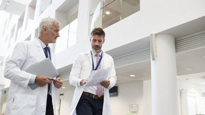 Zwei Ärzte im Gespräch