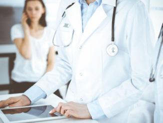 Ärztin mit Tablet-PC