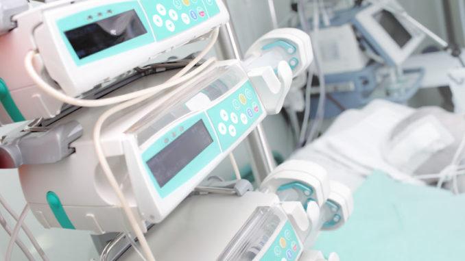 Medizintechnische Ausrüstung auf einer Intensivstation