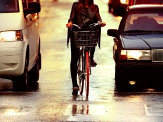 Radfahrer im dichten Straßenverkehr