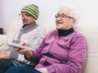 Senioren nutzen TV-Angebot in Pflegeinrichtung
