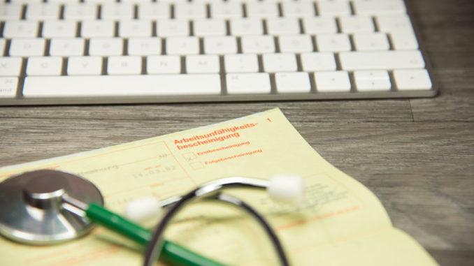 PC-Tastatur und Stethoskop