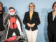 "Bundesministerin Anja Karliczek (m.) mit den Initiatoren des Comic ""Lasergirl"""