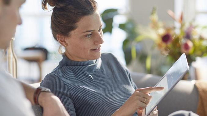 Patientin mit Tablet-PC