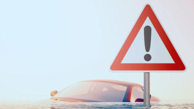 Auto steht im Hochwasser