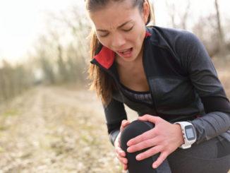 Sportlerin mit Kniegelenksbeschwerden