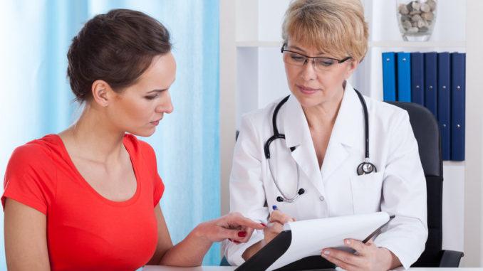 Ärztin im persönlichen Gespräch mit Patientin