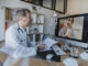 Arzt in Videosprechstunde mit Patientin