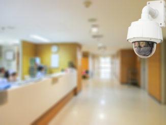 Überwachungskamera in Krankenhaus-Eingangsbereich