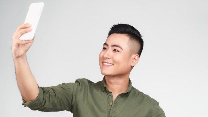 Junger Mann erstellt Selfie-Aufnahme