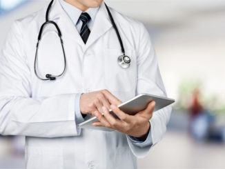 Mediziner mit Tablet-PC